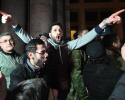 В Армении задержано 6 человек за призывы к госперевороту и избиение спикера