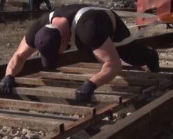Силач из Северной Осетии сдвинул поезд